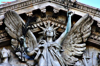 Victoria alada con diadema solar en el frontón de la Biblioteca Nacional, obra de Agustín Querol (Foto propia)