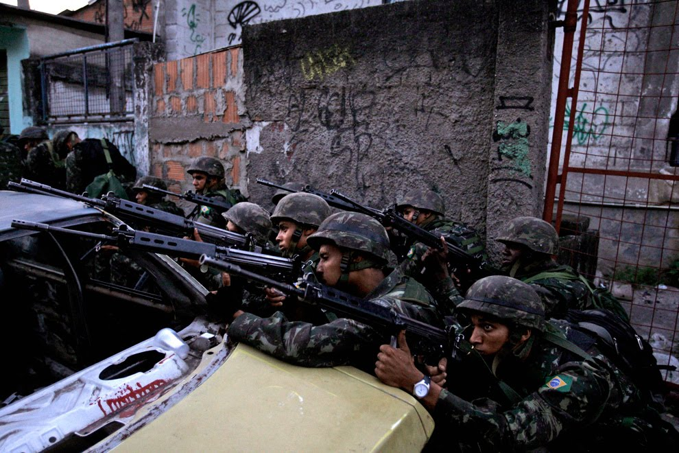 [Image: 33-%2Bguerrilha-rio-de-janeiro-favelas-guerra.jpg]