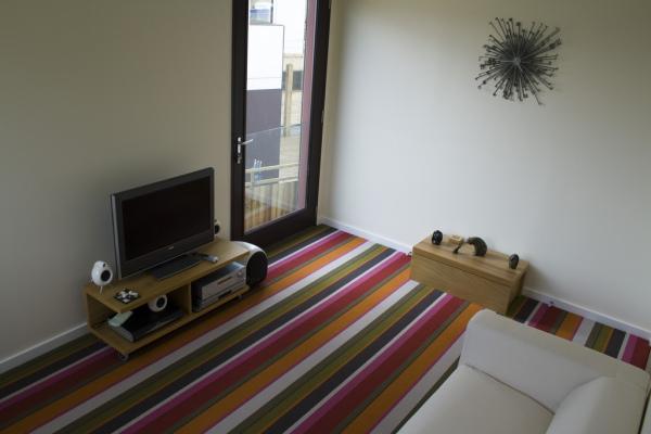 el suelo de la casa puede ser de parqu y estar muy viejo o a lo mejor de una baldosa fra y deslucida encarga una alfombra a medida para cubrir las