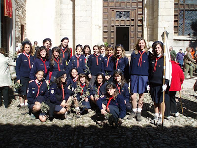 Las Guías de Europa, la rama femenina de los Scouts; muchos adultos jóvenes sirven como responsables para niños y adolescentes