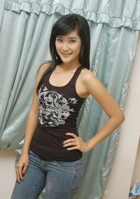 foto artis seksi Zora Vidyanata Sexy with Tank tops celebrity Style fashion