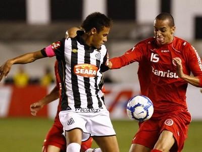 Neymar com a braçadeira rosa em homenagem ao Outubro Rosa