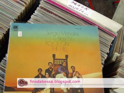 Na praça Benedito Calixto barraca do Diaz você encontrará uma infinidade de discos raros e antigos como este - 1968 - Sergio Mendes e Brasil 66 Fool on the hill