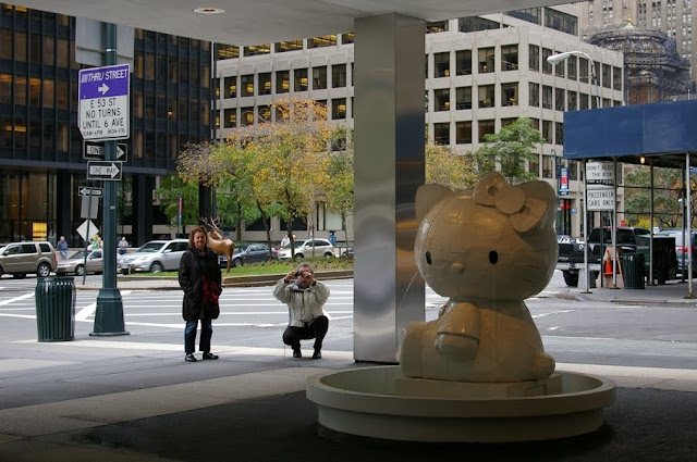 New York - Manhattan - Hello Kitty Statues - Lever House Art Collection
