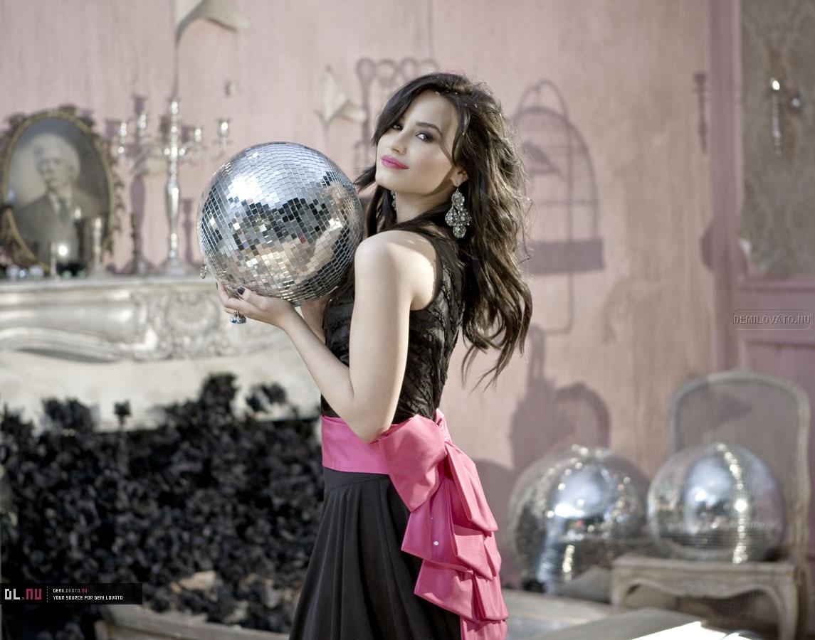 http://2.bp.blogspot.com/_TL3kwXYIJaI/S70SvmlMykI/AAAAAAAAFE8/BZGPYtIoMRM/s1600/Demi+Lovato+-+here+we+goin+again.jpg