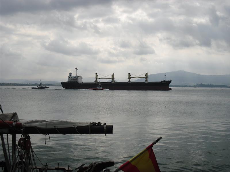 Barco de carga en la Bahía de Santander