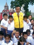 El Alcalde del Rimac Víctor Leyton Díaz rodeado de niños que desconocen su gestión