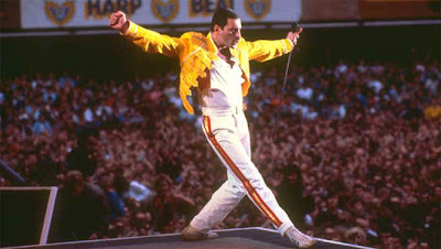 freddie mercury cantando a música we will rock you