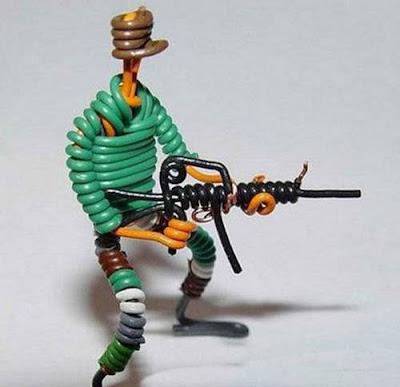 மின் வயரினால் செய்யப்பட்ட அழகான மனிதர்கள் துப்பாக்கிகள் 47142,xcitefun-wire-soldiers-12