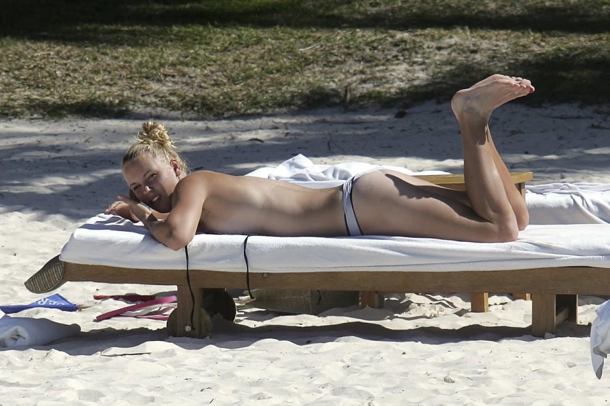 http://2.bp.blogspot.com/_TcwbPuj2SZ0/TKcV8IjQCeI/AAAAAAAASJQ/7EiPU1qfcbI/s1200/Caroline-Wozniacki-Bikini-Pic.jpg
