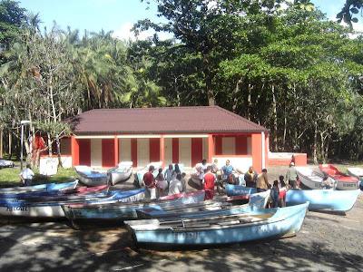 Barques coclorées à l'Anse des cascades - Piton Ste Rose