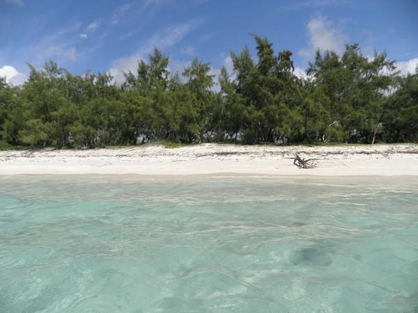 Plage de sable blanc et lagon turquoise