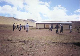 Levantando los brazos en el Coloso deportivo del caserío de Huachipampa a 4,200 msnm... a 16 km de la cordillera del Pariaqaqa, Huarochirí.... no estaba saludando sino pidiendo un tanque de oxígeno.. igualito perdimos 6-0 contra los locales...