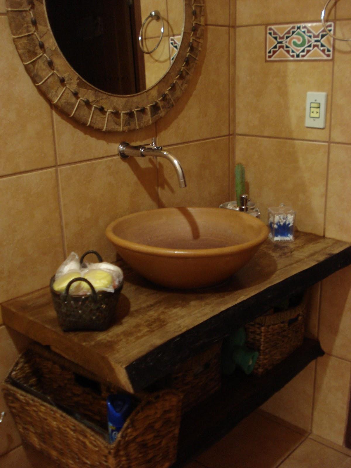 Nos banheiros eles utilizaram vasos cerâmicos como cubas sobre  #281408 1200 1600