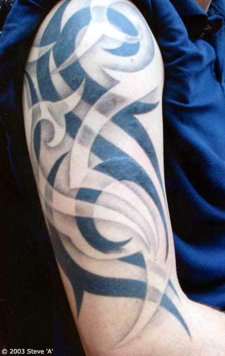 foto de de tatuajes tribales. Aquí podemos observar un tipo de tatuaje diferente, ya que en el tribal