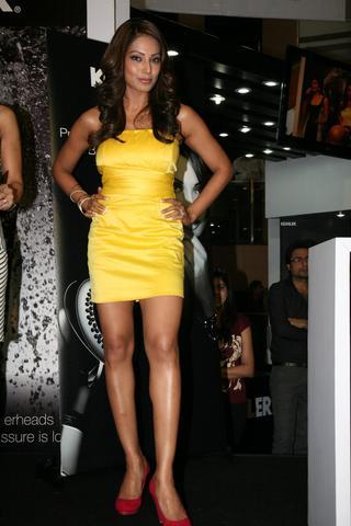 Mini Dress on Actress Hot Pics  Bipasha Basu Showing Milky Legs In Yellow Mini Skirt