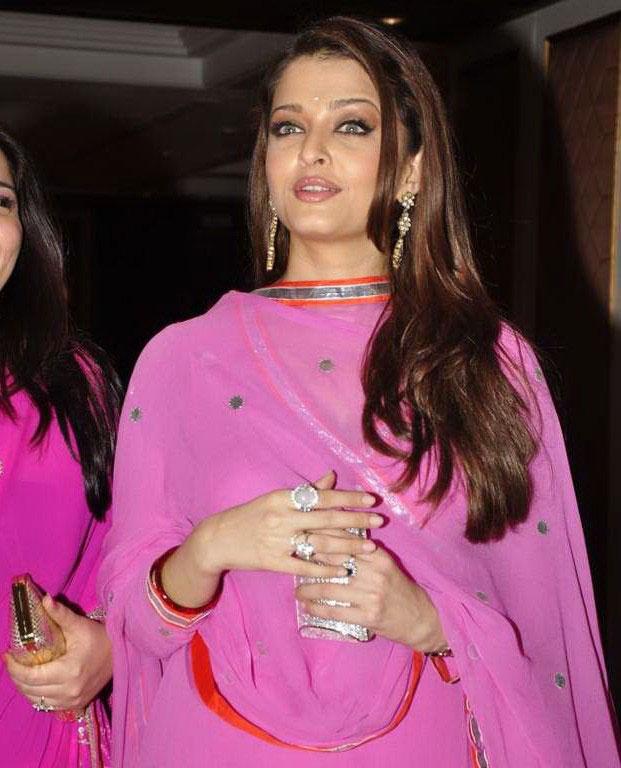 Aishwarya Rai in Pink at Sameer SoniNeelam 39s wedding reception Pictures