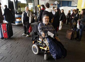 Manuel_Lobato_espera_junto_autobuses_estacion_Mendez_Alvaro.