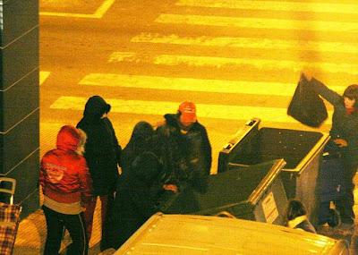 Personas rebuscando entre la basura los alimentos desechados por supermercados en la ciudad de Elda