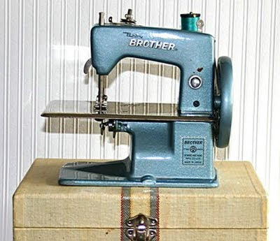 vintage-sewing-machine-toy