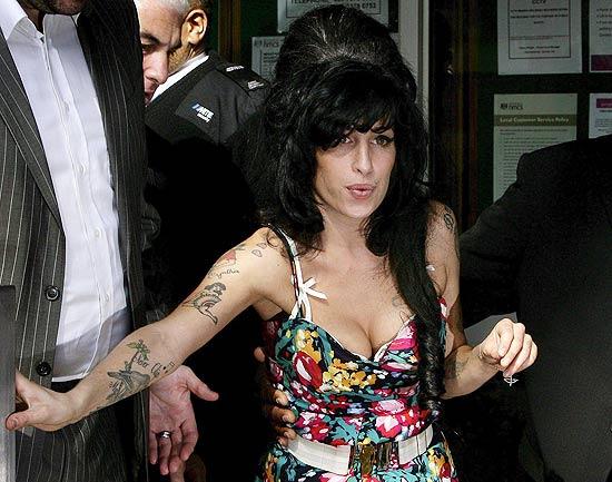Amy Winehouse diz que vai lançar novo álbum em janeiro