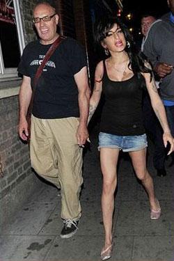 Ron, pai do comediante Russell Brand, acompanhou Amy em alguns driques no início da semana