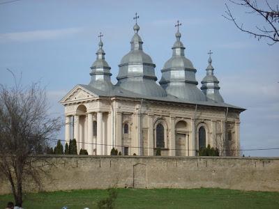 http://iasi365.com va ofera informatii despre manastirile din Iasi