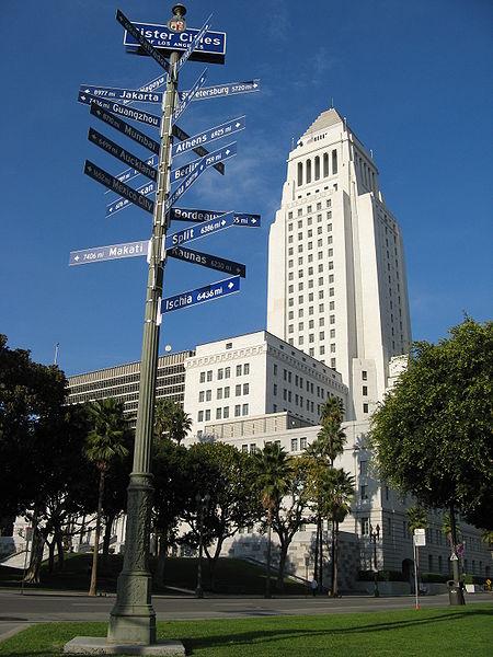 Os peões da guerra. (Crônica Oficial) 450px-Los_Angeles_City_Hall_with_sister_cities_2006