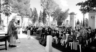 Almería actualidad. El obispo, Adolfo González, oficia la misa en el cementerio de San José de Almería como se hacía antiguamente