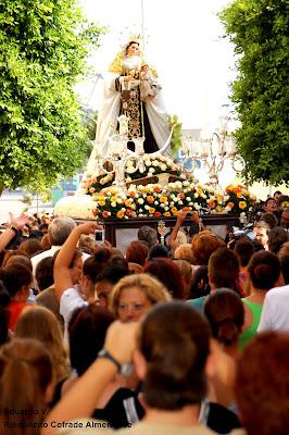 La Virgen del Carmen renueva la protección del barrio de Pescadería entre miles de devotos
