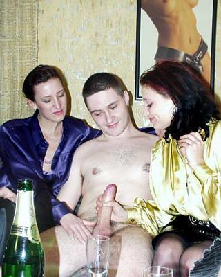 одетая женщина сосёт у голого мужчины фото
