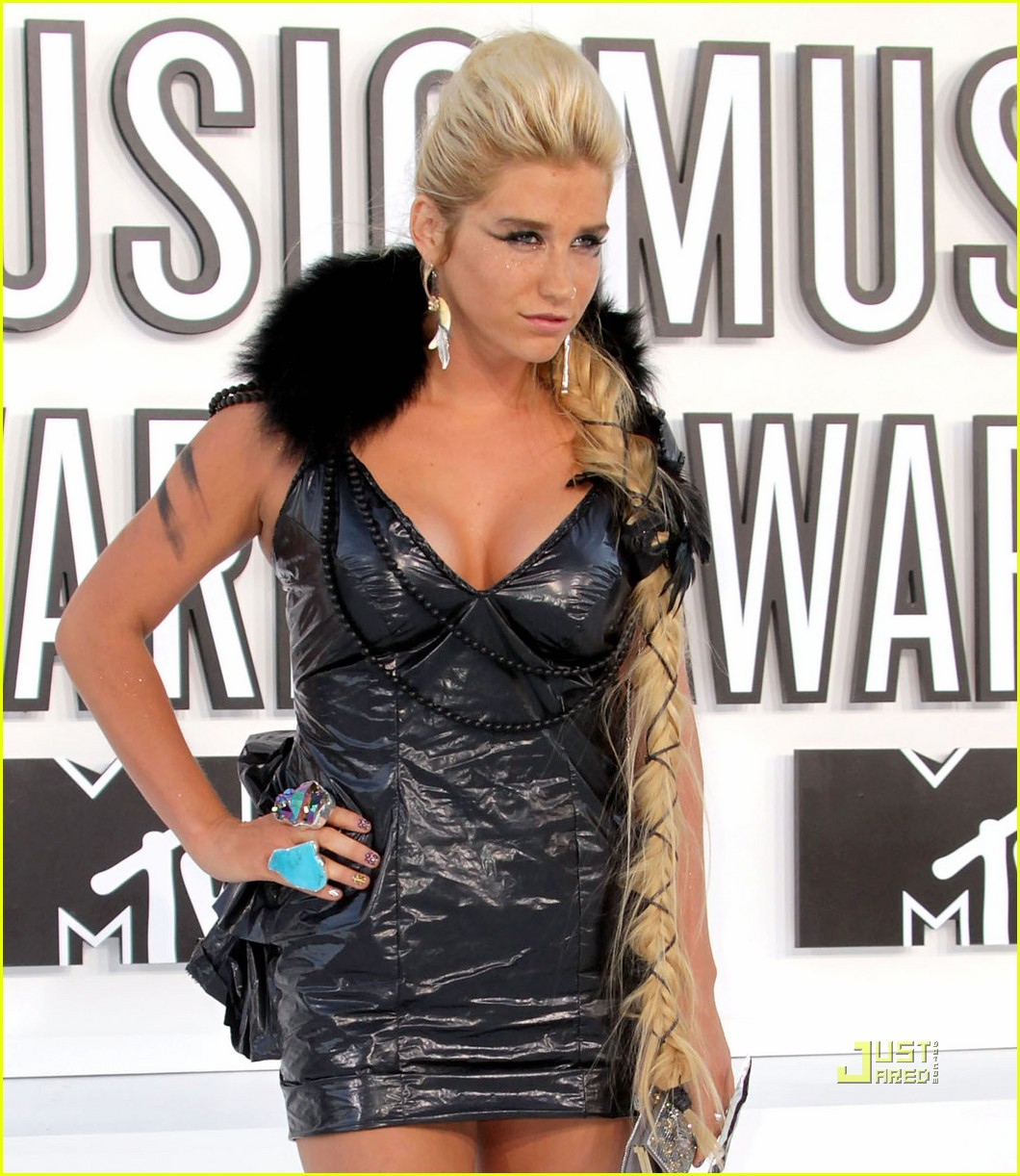 http://2.bp.blogspot.com/_TydAuxB_Z4U/TJJA6LjVz4I/AAAAAAAAAEs/WTSK-04bp4Y/s1600/kesha-vmas-garbage-bag-dress-02.jpg