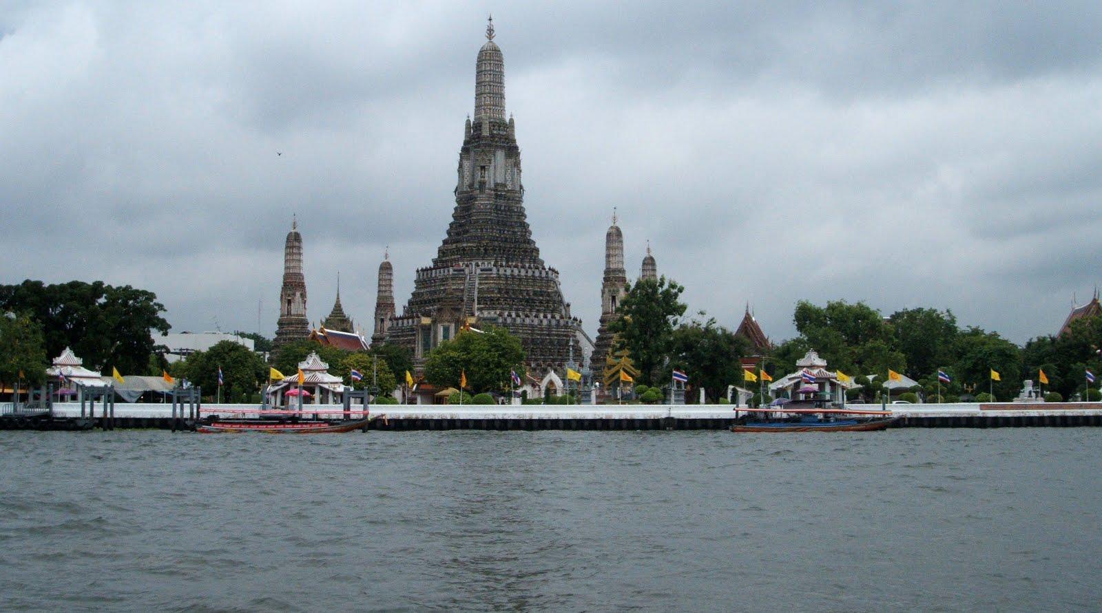 Bangkok-wat+arun+ratchwararam+di+tepi+sungai+chao+phraya