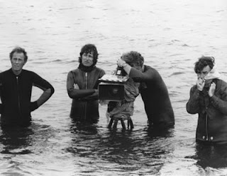 http://2.bp.blogspot.com/_U5OmWgNVk8k/TCKCGizjW6I/AAAAAAAABjA/WePCu7O_ZlE/s1600/Jaws+-+Steven+Spielberg+%26+crew+in+the+water.jpg