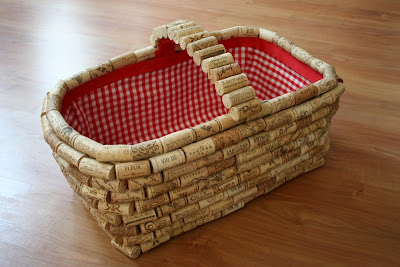 www chicaandjo com 2008 08 05 recycle wine corks to give a plain basket new life  O que fazer com rolhas de vinho.