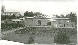 Bodega primitiva, finca e iglesia