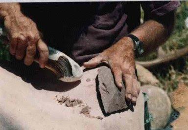 סיתות אבן-יד במקבת קרן