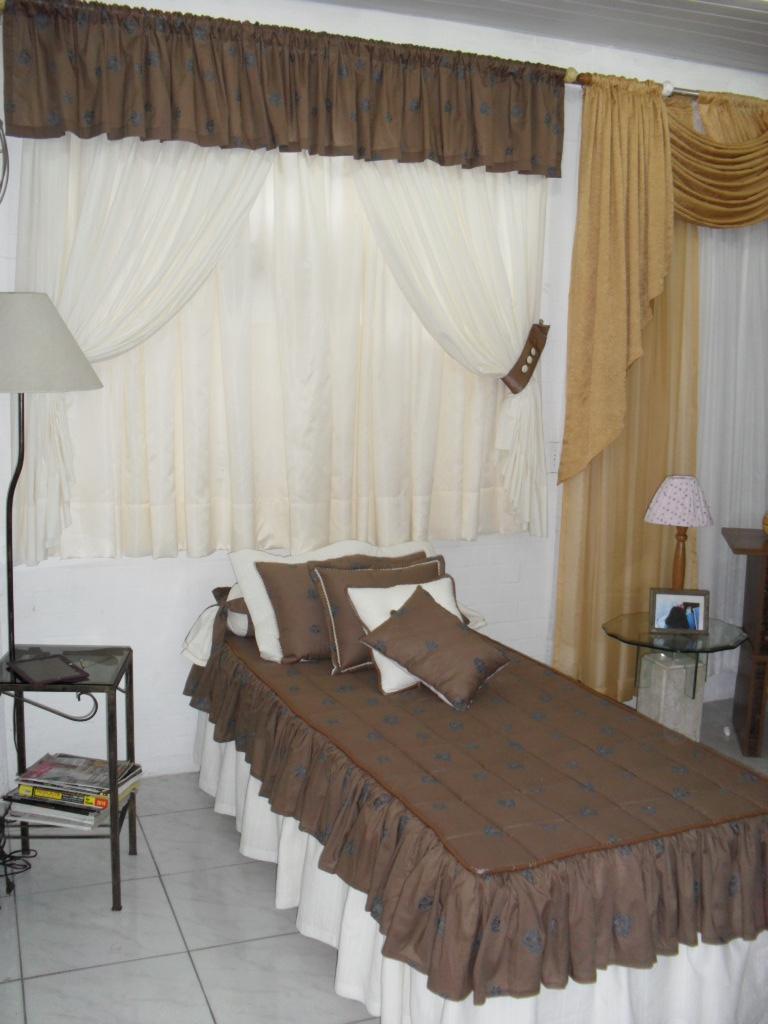 Oficina de artes gigi cortina com babado e cama com colcha - Cortinas para cama ...