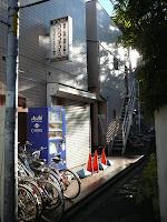 【照片:網房大樓的正門和招牌】