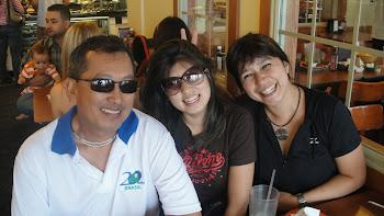 O técnico Luis Houra e as suas mulheres Hellen e Kelly