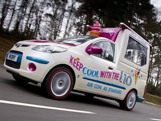 маленький коммерческий автомобиль для развоза мороженого