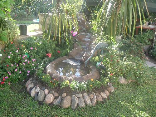 Jardines en verano cascadas y estanques para nuestro jardin for Cascadas de piedra para jardin