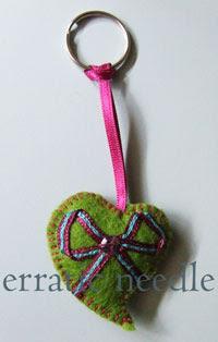 porta-chaves coração com laço