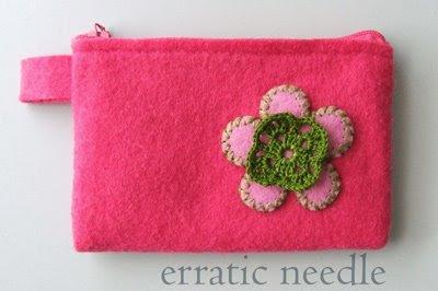carteira em feltro rosa com flor em croché
