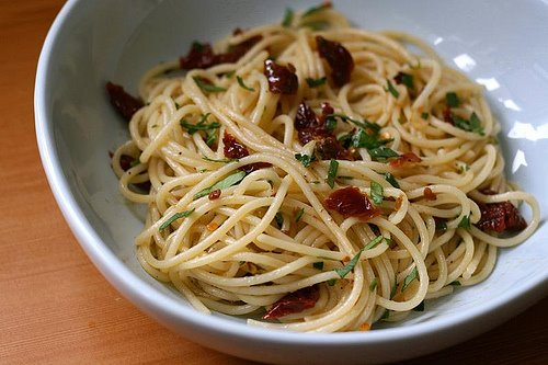 spaghetti aglio e olio with sundried tomatoes