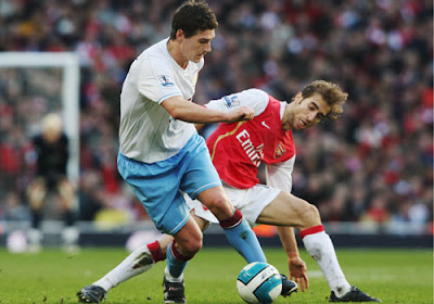 Gareth Barry of Aston Villa holds off Mathieu Flamini of Arsenal