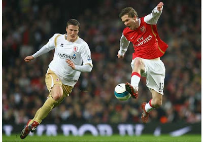 Alexander Hleb of Arsenal controls the ball as Robert Huth of Middlesbrough closes him down