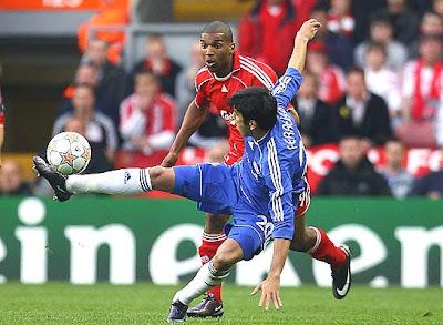 Liverpool's Dutch forward Ryan Babel (L) challenges Chelsea's Portugese defender Paulo Ferreira.