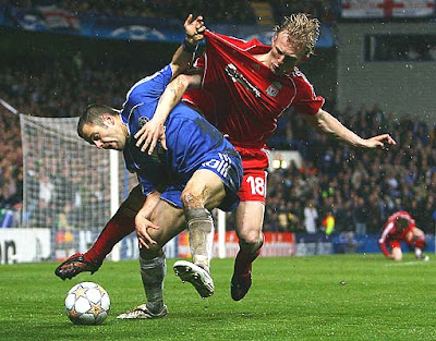 Dirk Kuyt of Liverpool battles with Joe Cole of Chelsea.