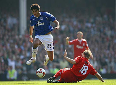 Marouane Fellaini of Everton beats a challenge from Dirk Kuyt of Liverpool during the Barclays Premier League match between Everton and Liverpool at Goodison Park on September 27, 2008 in Everton, England.<br />